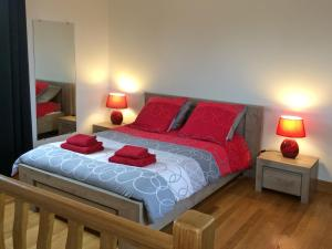 A bed or beds in a room at Le Merisier, Manoir de Longeveau