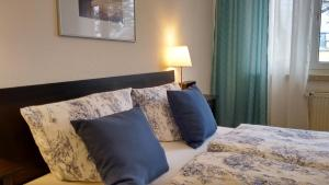 A bed or beds in a room at Schöne 2-Zimmer-Parterre Wohnung WF