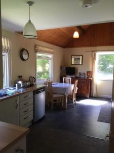 A kitchen or kitchenette at Creity Hall Chalet