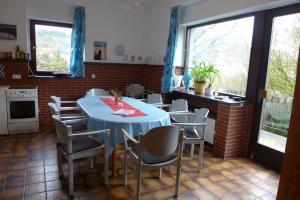 Ein Restaurant oder anderes Speiselokal in der Unterkunft O11- Großzügige Fewo im Künstlerhaus