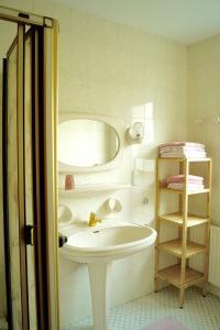 A bathroom at Apartments Wirrer