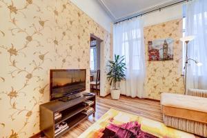 A television and/or entertainment centre at Apartment 3-ya Sovetskaya ulitsa 10