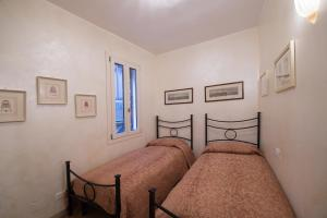 A bed or beds in a room at Romantic Suite San Marco