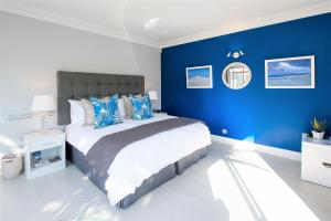 A bed or beds in a room at Ocean Breeze - Sunset Beach