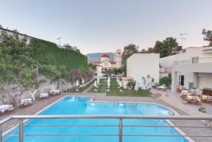 Uma vista da piscina em Tarra Apartments ou nos arredores