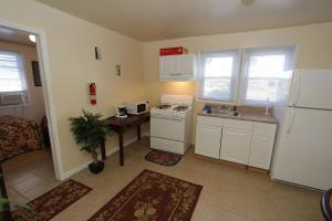 A kitchen or kitchenette at Shore Beach Houses - 40 - 3 Dupont Avenue