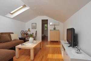 A seating area at Apartment Dalmatia