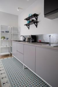 A kitchen or kitchenette at Blue Birds Apartment