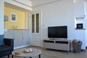 Télévision ou salle de divertissement dans l'établissement Beach Apartment Ikusasa