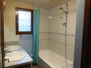 Salle de bains dans l'établissement Les Gîtes de Galinettes