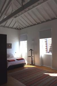 A bed or beds in a room at Serralves Loft