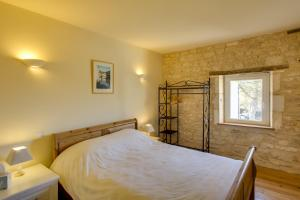 Un ou plusieurs lits dans un hébergement de l'établissement Charente 2 bedroom Gite