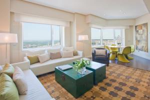 Ein Sitzbereich in der Unterkunft Home Club Torre de Madrid Apartments