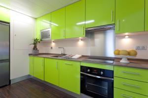 Küche/Küchenzeile in der Unterkunft Home Club Torre de Madrid Apartments