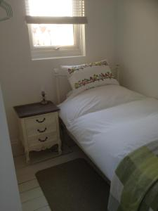 A bed or beds in a room at Victorian Cottage - The Beach Walmer