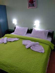 A bed or beds in a room at Smaragdi