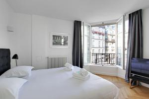 A bed or beds in a room at Pick A Flat's Saint Michel / Sommerard Apartments