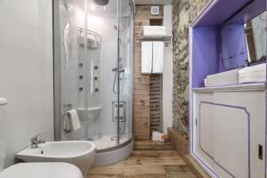 Uma casa de banho em My Bairro Alto Suites
