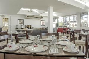 A restaurant or other place to eat at Aparthotel Sevilla Suites