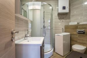 A bathroom at Apartments Ivan i Toma