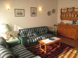 Een zitgedeelte bij Lakeside Apartment in Anfo with Private Terrace