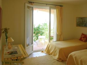 A bed or beds in a room at Luxury Villa in Flayosc with Hill Swimming Pool