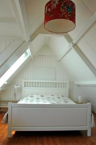 A bed or beds in a room at Amsterdam Country Cottage