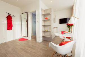 A television and/or entertainment center at Brera Serviced Apartments Munich