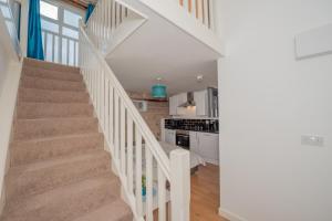 A kitchen or kitchenette at Benley City Stays - Kirkstall Bridge Apartments