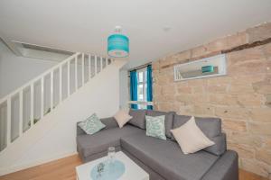 A seating area at Benley City Stays - Kirkstall Bridge Apartments