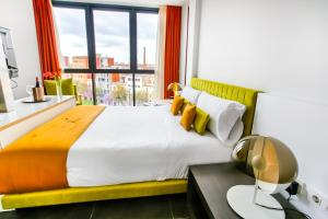 A bed or beds in a room at Cosmo Apartments Sants