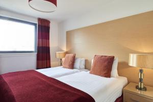 Ліжко або ліжка в номері Fountain Court Apartments - EQ2