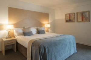 A bed or beds in a room at Fountain Court Apartments - EQ2