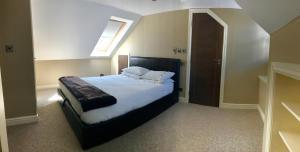 No. 14 tesisinde bir odada yatak veya yataklar