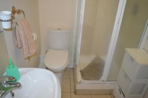 A bathroom at Perfect Airport Apartments