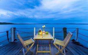 Ein Balkon oder eine Terrasse in der Unterkunft Komfort-Hausboote am Naturhafen Krummin