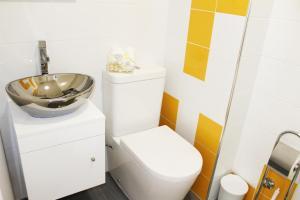 "A bathroom at Bracara Guest House ""Bom Jesus"""