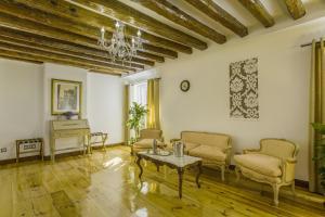 Coin salon dans l'établissement Oriente Palace Apartments
