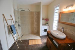 A bathroom at Les Terrasses de Niagara