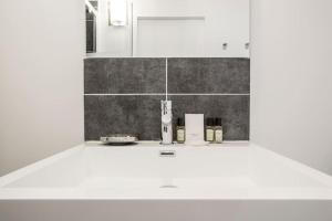 A bathroom at CMG Montorgueil IV