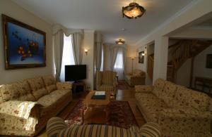 A seating area at Grand Hotel Polyana Villas