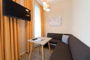 A television and/or entertainment centre at ApartHotel Residenz am Deutschen Theater