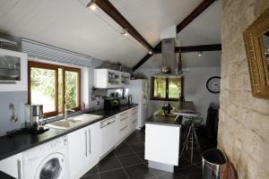 A kitchen or kitchenette at Maison Eureka Chantilly Gouvieux