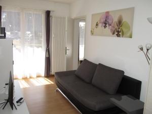 A seating area at Apartment Bünda