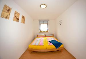A bed or beds in a room at Ferienwohnung Stettfeld