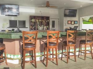 The lounge or bar area at The Point at Poipu By Diamond Resorts