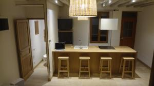 A kitchen or kitchenette at La petite cour