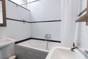 A bathroom at Apartment by the Park