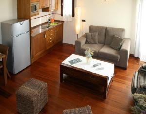 A seating area at Apartamentos Les Picardes