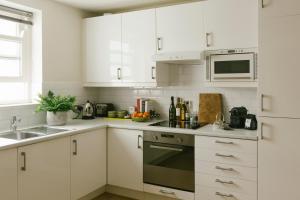 Ett kök eller pentry på Europa House Apartments